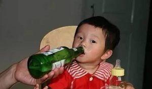 Bé trai tử vong sau khi được ông nội cho làm 1 hớp rượu