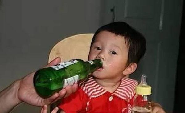 Khi thấy trẻ hào hứng uống bia rượu, có người lớn còn cổ vũ để trẻ uống tiếp.