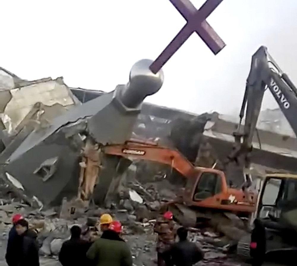 Thánh giá bị tháo dỡ tại Nhà thờ Golden Lampstand ở Linfen thuộc tỉnh Sơn Tây phía bắc Trung Quốc. Hình ảnh được lấy từ video ngày 9/1/2018, do China Aid cung cấp. (Ảnh: AP)