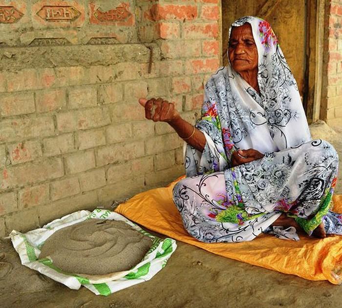 Mỗi ngày bà đều giành hàng giờ để tìm kiếm cát và sỏi để cung cấp cho chế độ ăn uống bất thường của mình.