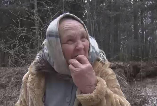 Bà cụ khẳng định, trong hơn một thập kỷ qua, bà sống nhờ việc ăn cát.