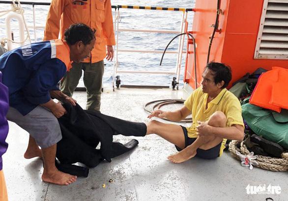Sáng 2-7, một nhóm thợ lặn bắt đầu lặn xuống khu vực tàu chìm để tìm 9 ngư dân mất tích.