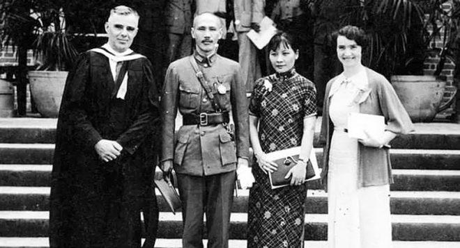 Vợ chồng Tưởng Giới Thạch cùng vợ chồng giáo sư Daniel Sheets Dye chụp ảnh chung tại trường đại học Hiệp Hòa Hoa Tây, Thành Đô, Tứ Xuyên trong thời chiến.