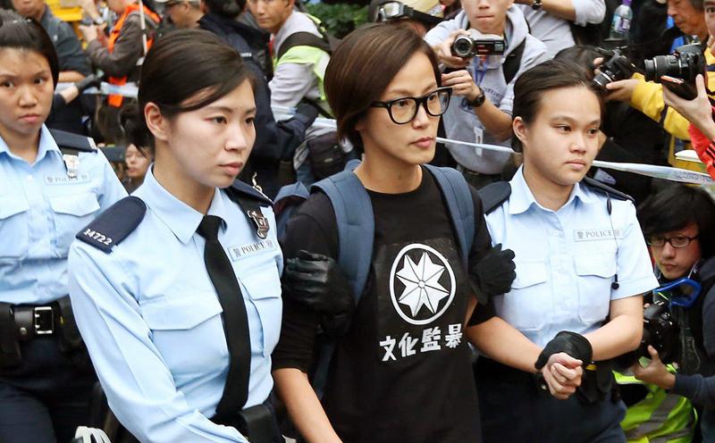 Ca sĩ, nhạc sĩ Denise Ho bị bắt tại Hồng Kông vì tham gia biểu tình cùng người dân.