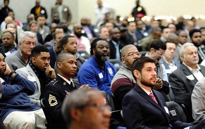 """Một ngày, trường Trung học South Dallas tổ chức chương trình """"Ăn sáng với cha"""" nhưng nhiều ông bố không thể tham gia, và một số học sinh thì không có bố. Trường quyết định đăng lên Facebook để tìm 50 ông bố tình nguyện. Và kết quả là 600 ông bố ở mọi tầng lớp đã đăng ký tham gia... Quả là những người cha đáng kính! (Ảnh qua BrightSide)"""