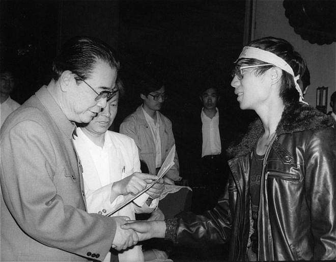 Trước giờ đàn áp: ông Lý Bằng bắt tay lãnh tụ sinh viên Vương Đan. (Ảnh qua BBC)
