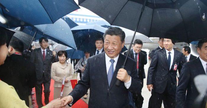Chủ tịch Trung Quốc Tập Cận Bình (giữa) đến sân bay Kansai ở thành phố Izumisano, tỉnh Osaka vào ngày 27/6/2019 để tham dự Hội nghị thượng đỉnh G20 Osaka trong thời tiết không mấy thuận lợi. (Ảnh: IJI PRESS/AFP/Getty Images).
