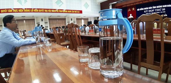 Một cuộc họp thay thế chai nhựa bằng thủy tinh.