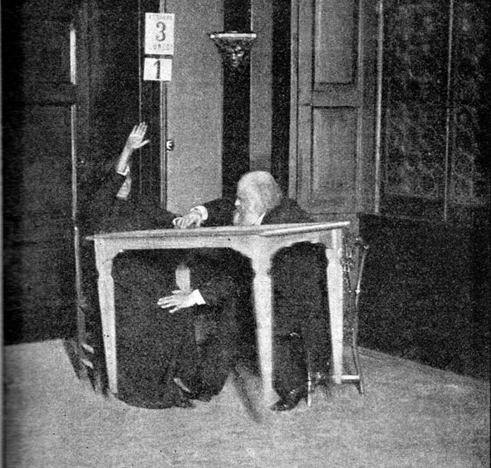 Alexandr Aksakov, nhà nghiên cứu tâm lý học người Nga, giữ tay và chân của Palladino trong khi bà tiến hành gọi hồn tại Milan năm 1892. Chiếc bàn đang bay lơ lửng trong không trung.