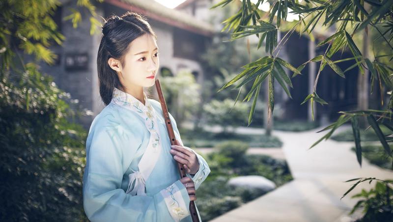Mở đầu Hồng Lâu Mộng kể một cô gái vô cùng may mắn, chỉ với ba nụ cười mà đã có thể tạo nên một mối kỳ duyên.