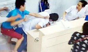 Tưởng nhầm định rút ống thở, nữ điều dưỡng bị người nhà bệnh nhân đánh tới tấp