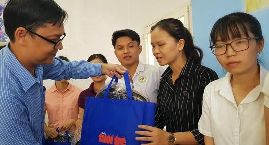 Đại diện báo Tuổi Trẻ trao quà cho sinh viên y dược miền Tây sáng 9-7