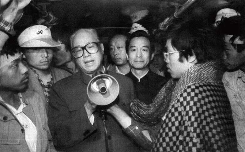 Triệu Tử Dương đến thăm các sinh viên ở Quảng trường Thiên An Môn.