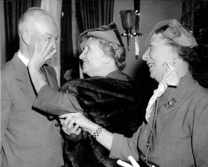 Helen Keller gặp gỡ Tổng thống Mỹ Eisenhower. (Ảnh qua FNews)