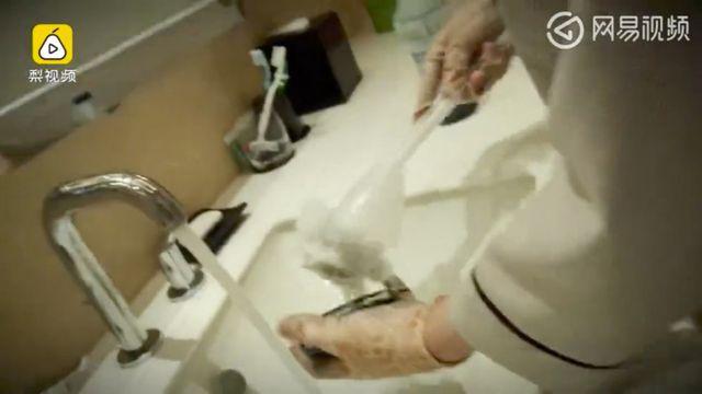 Khách sạn Trung Quốc dùng cọ rửa bồn câu để rửa ly.