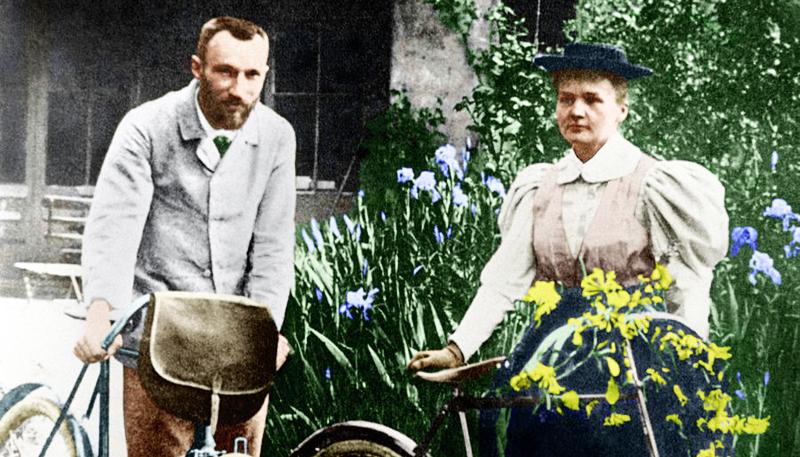 Cặp vợ chồng khoa học gia nổi tiếng thế giới Pierre Curie và Marie Curie.