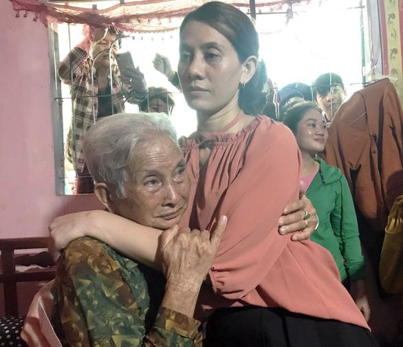 Chị Hon hạnh phúc ôm mẹ ruột của mình sau bao năm xa cách