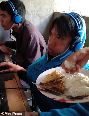 Một người mẹ bất lực đến tận quán Net để đút cơm cho con ăn.