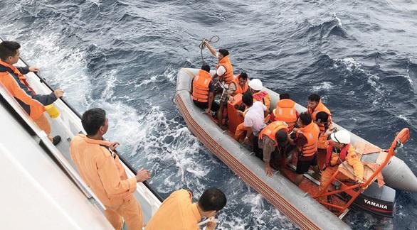 Xuồng canô đưa thợ lặn tiếp cận hiện trường tàu cá bị chìm.
