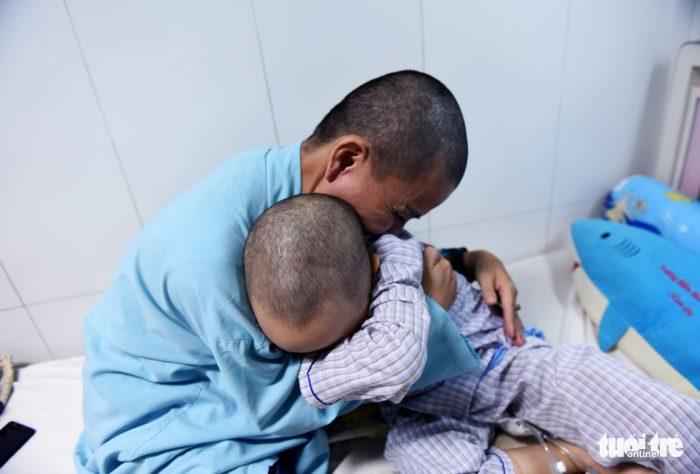 Người mẹ cạo trọc đầu để chiến đấu cùng con 5 tuổi ung thư.2