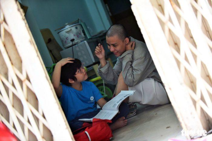 Người mẹ cạo trọc đầu để chiến đấu cùng con 5 tuổi ung thư.4