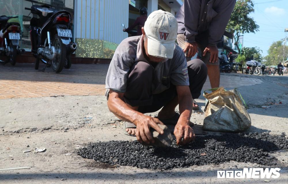 Theo ông Long, vá đường bằng bê tông thì có người làm nhưng nhanh bong tróc nên không thể dùng vật liệu này