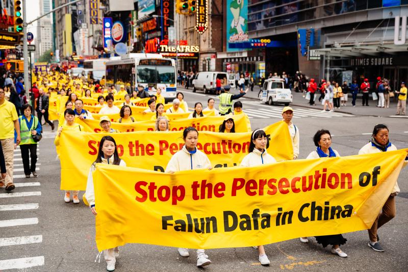 Khoảng 10.000 học viên Pháp Luân Công diễu hành tại New York vào ngày 13/5/2016 kêu gọi chấm dứt cuộc đàn áp
