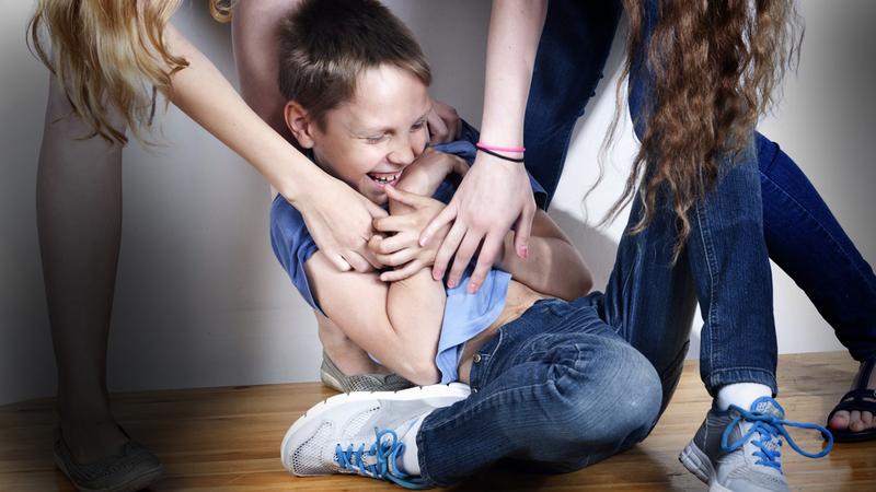 Cù lét có thể gây tổn thương tâm lý suốt cuộc đời. (Ảnh qua legkovmeste.ru)