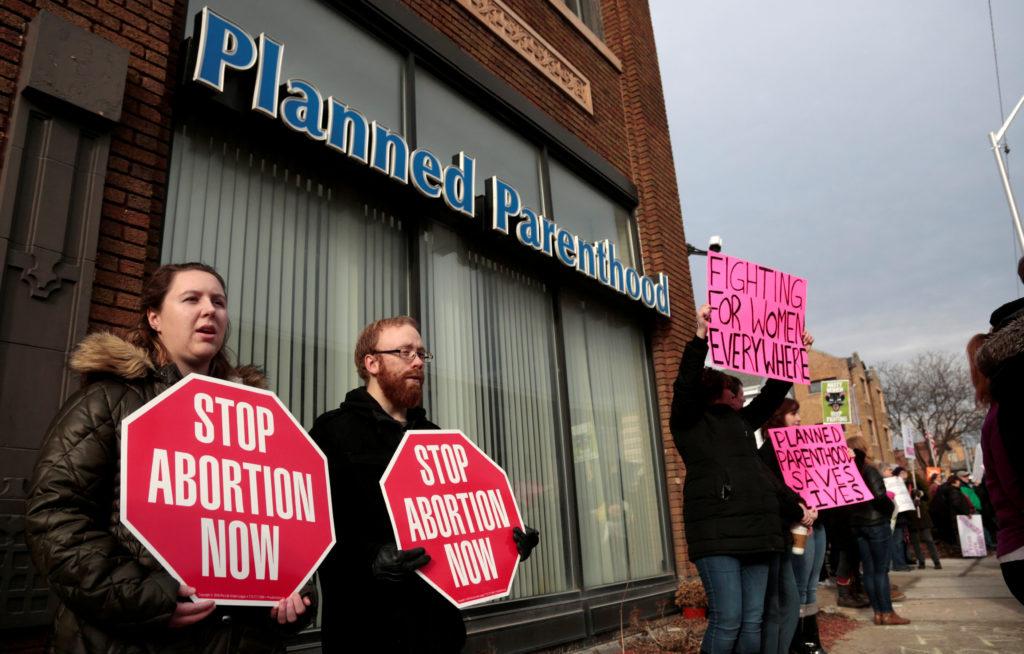 Các nhà hoạt động chống phá thai (trái) cùng những người ủng hộ phá thai bên ngoài một phòng khám KHHGĐ ở Detroit, Michigan, Hoa Kỳ, ngày 11/2/2017. (Ảnh: REUTERS)