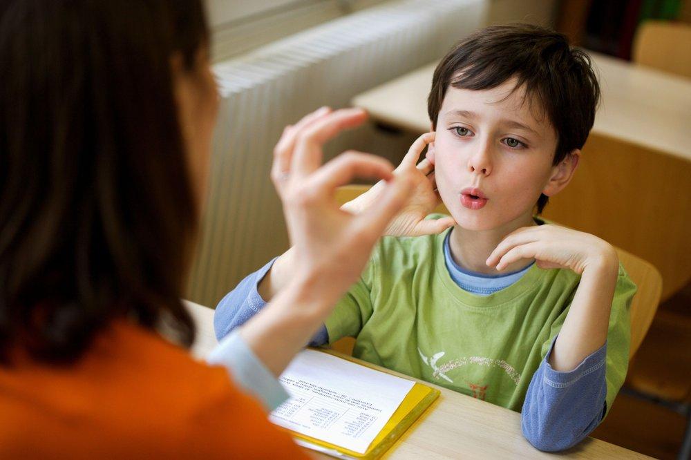 <em>Nhiều người vẫn nghĩ nói lắp là một tật do lưỡi. Tuy nhiên phần trăm nguyên nhân từ lưỡi là rất ít, mà chủ yếu là ở não bộ. (Ảnh qua Nolensville Business)</em>