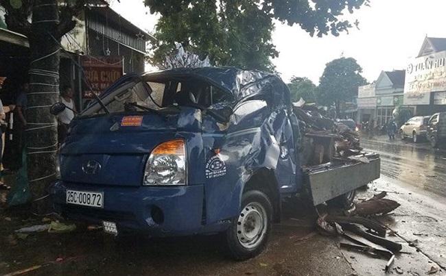 Hai xe ô tô tông nhau khiến 1 người bị thương.