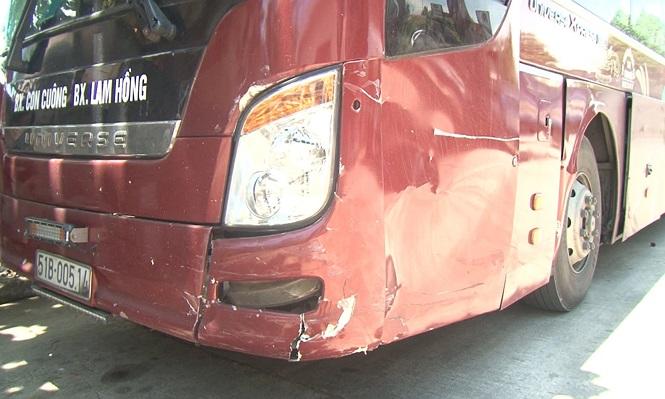"""Chiếc xe khách do tài xế điều khiển trong trạng thái """"phê"""" ma túy gây nên tai nạn với một ô tô gặp nạn trước đó trên Quốc lộ 1. Ảnh: Tiền Phong"""