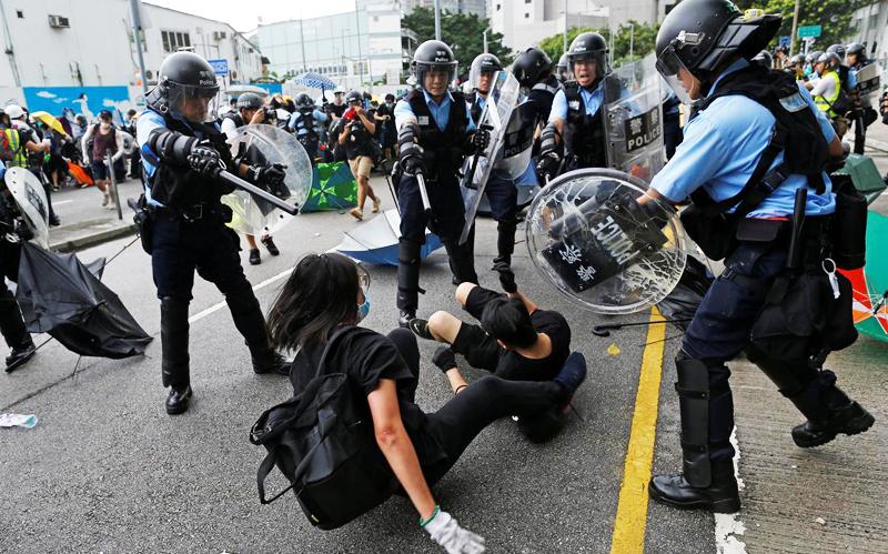 Cảnh cánh sát giải tán biểu tình tập hợp trước lễ kỷ niệm ngày Hồng Kông trao trả cho Trung Quốc. Ảnh 1/07/2019.