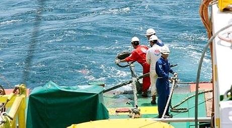 Đã trục vớt được mỏ neo của tàu. Mỏ neo có thể được dùng để kéo tàu cá lên mặt nước.