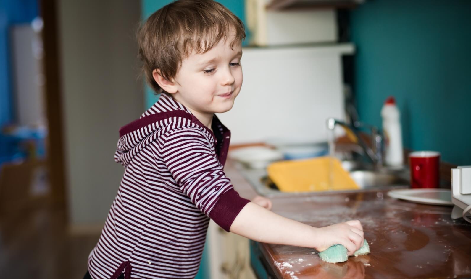 Khuyến khích trẻ phụ giúp việc nhà sẽ giúp các bé phát triển nhân cách tốt hơn, dễ đạt được nhiều thành công hơn trong cuộc sống. (Ảnh minh họa)