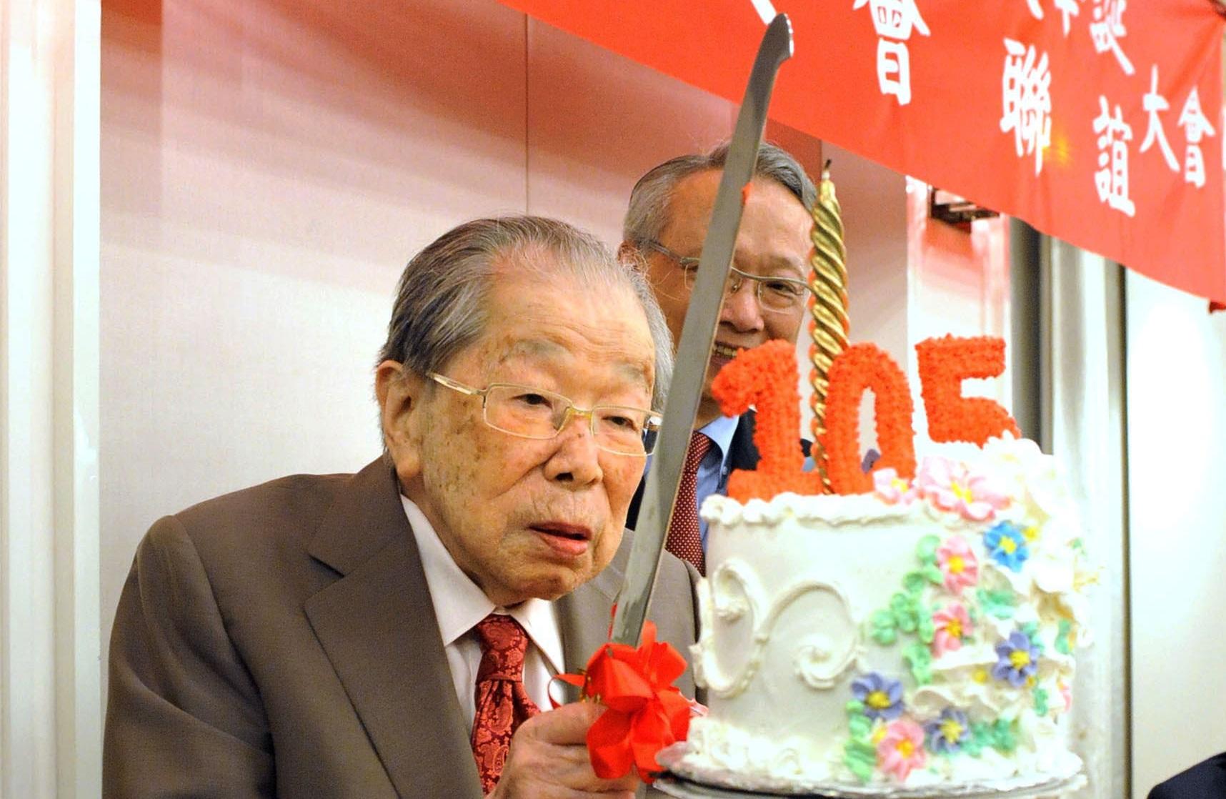 Cụ Shigeaki Hinohara cắt bánh chào đón sinh nhật lần thứ 105.