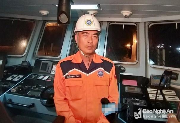 Ông Nguyễn Mạnh Dũng - thuyền trưởng tàu SAR 411, Trung tâm Phối hợp tìm kiếm cứu nạn hàng hải Việt Nam cho rằng, việc tiếp cận vị trí tàu bị nạn là rất khó khăn.