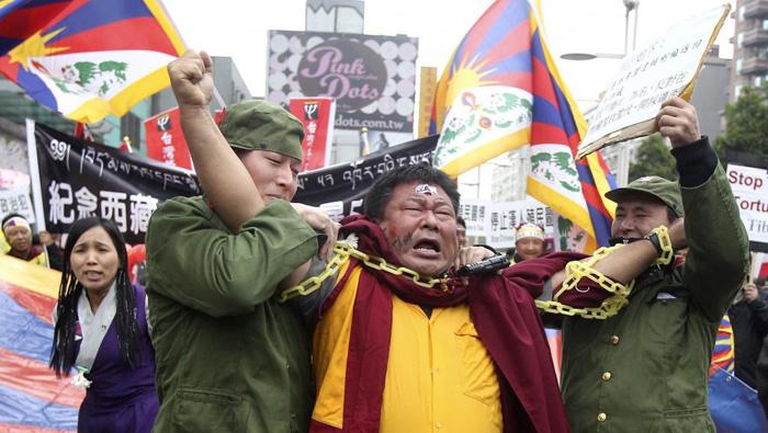 Chính quyền ĐCSTQ bắt bớ những người Tây Tạng.
