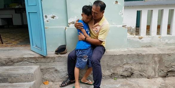 Cuộc hội ngộ đầy nước mắt của người cha tìm con 8 tuổi bị mất tích