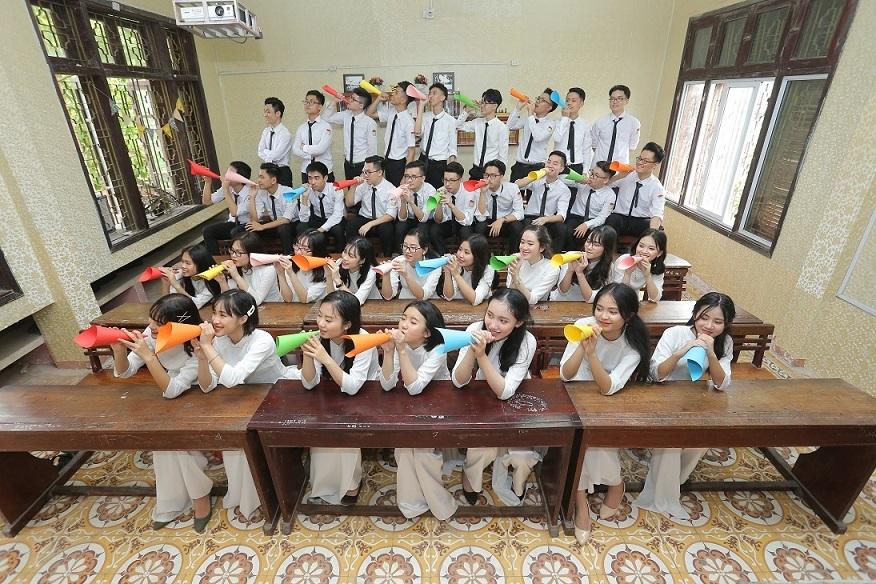Tập thể lớp 12 chuyên Toán Trường THPT chuyên Hùng Vương, tỉnh Phú Thọ- nơi Hà theo học.
