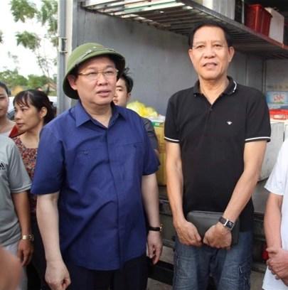 Hành động của vợ chồng ông đã được Phó thủ tướng Vương Đình Huệ biết đến nên đã đến để động viên, biểu dương, tặng quà.