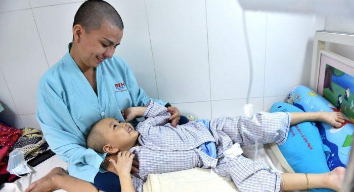 Người mẹ cạo trọc đầu để chiến đấu cùng con 5 tuổi ung thư.1