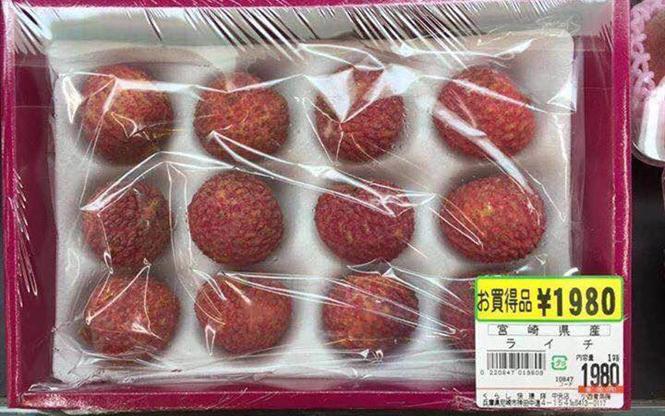 vải thiều Lục Ngạn được bán trong siêu thị tại Nhật Bản với giá khoảng 1.980 yên (12 quả), tương đương khoảng 400.000 đồng. Nếu cộng thêm thuế thì 12 quả vải này có giá khoảng 430.000 đồng.
