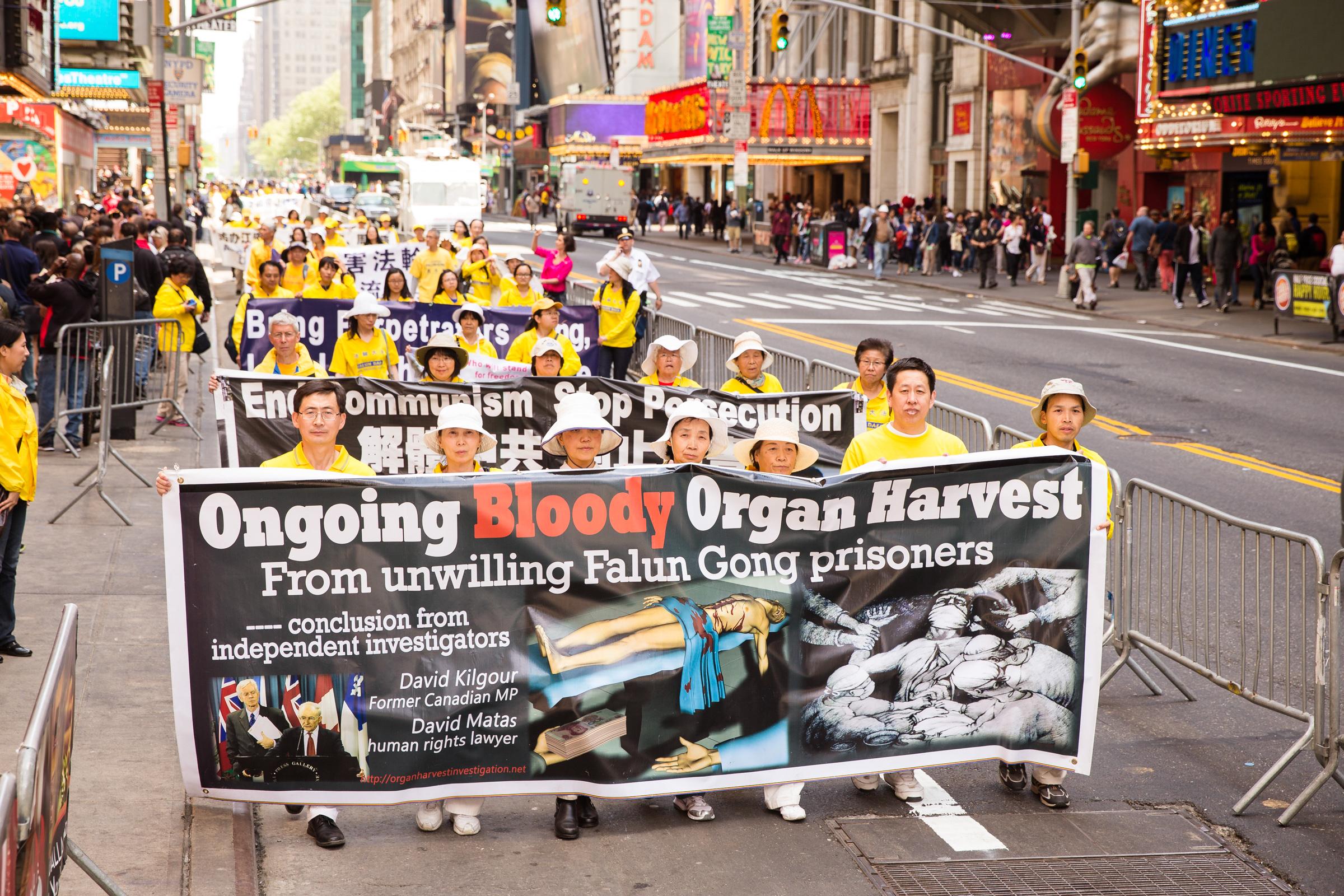 Học viên Pháp Luân Công diễu hành để kêu gọi chấm dứt cuộc đàn áp và nạn mổ cướp nội tạng tại một sự kiện ở New York ngày 15/5/2015.