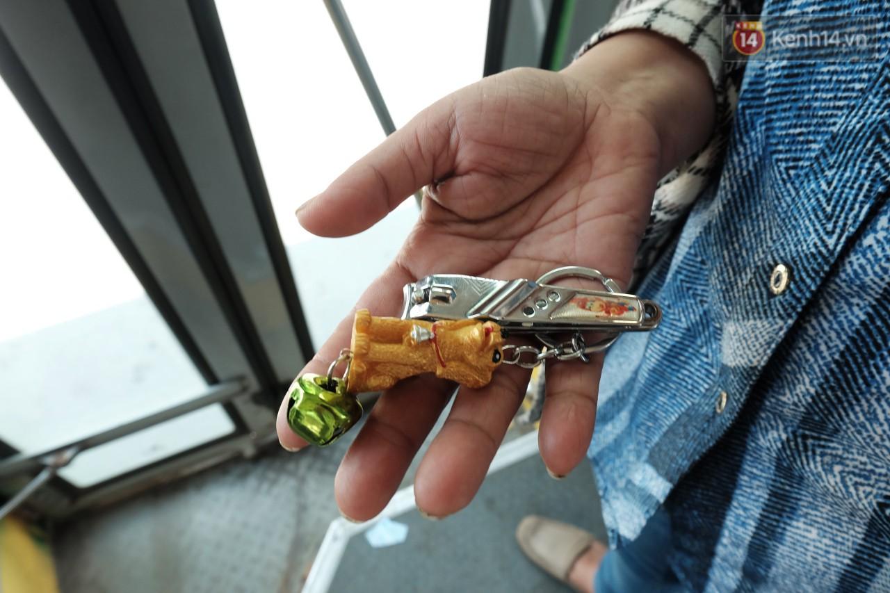 mua móc chìa khoá để tặng cho mấy bạn sinh viên.