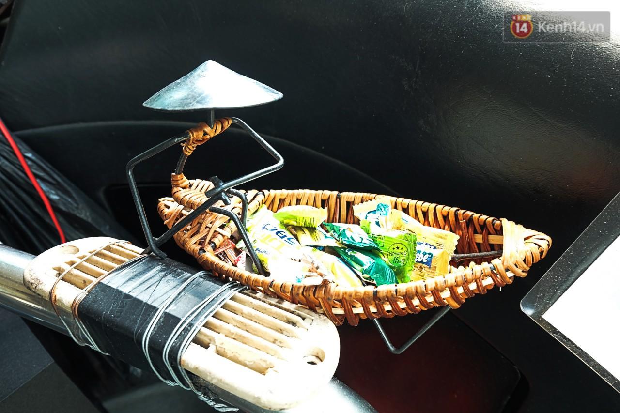 Mặc dù lái xe buýt vậy thôi nhưng anh toàn tự bỏ tiền túi ra mua bánh kẹo cho mọi người