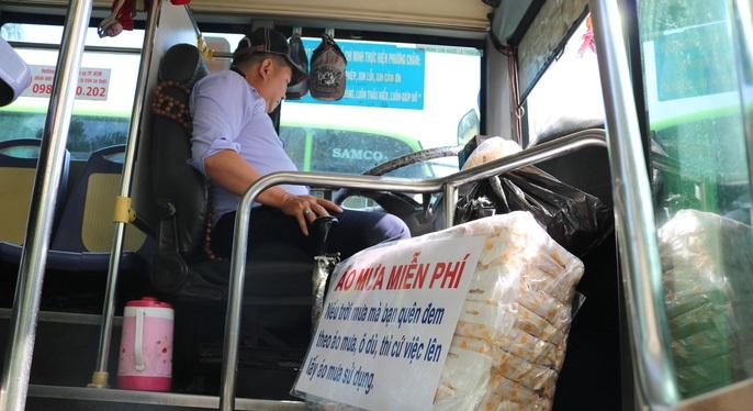 Tài xế bắt cướp, xe buýt bẻ lát đột ngột vào vỉa hè bắt cướp và những câu chuyện ấm lòng về người Sài Gòn