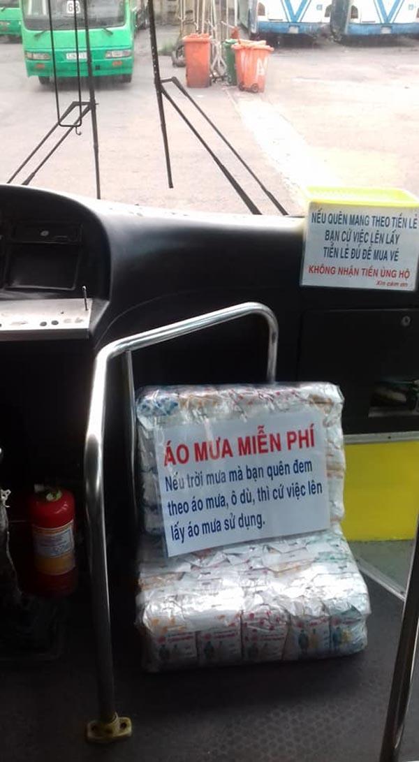Hiếm có chiếc xe buýt nào có nhiều đồ miễn phí như trên xe anh Huy chở.