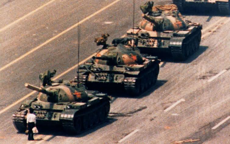 Chàng thanh niên dũng cảm chặn xe tăng đang tiến vào chuẩn bị tàn sát câc sinh viên biểu tình ở Thiên An Môn