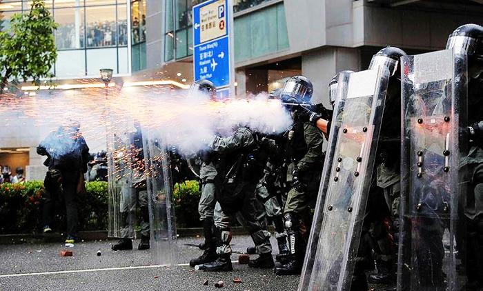 Ngày 25/8, cảnh sát Hồng Kông ngoài việc xịt hơi cay, họ còn điều động xe bọc thép và xe vòi rồng, thậm chí còn rút súng bắn cảnh cáo.